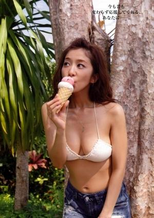 アイスを食べる優香